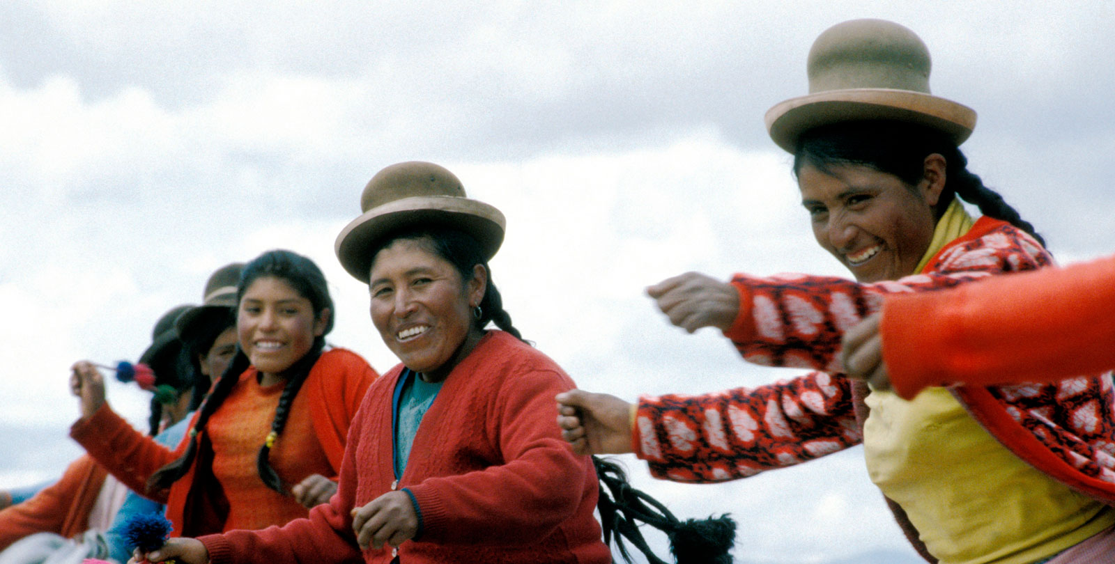 Une villageoise des Andes dancent une danse traditionelle.